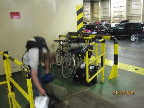 En suddig Rasmus på Tallink Siljas bildäck, cyklarna parkerade på vad vi tror var någon sorts hiss. Men vi tror det var där personalen menade de skulle vara.