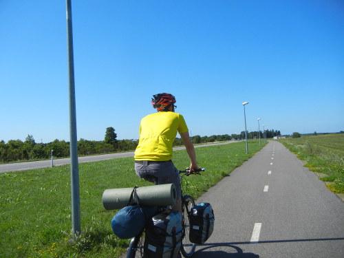 Jag på den vackra cykelvägen ut genom Tallins nordvästra förorter.
