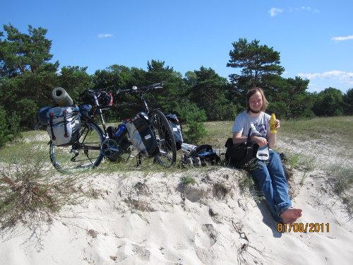 Rasmus på en sanddyn vid Kloogaranna, lunchpaus.