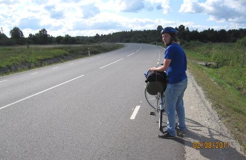 Rasmus tar paus och rättar till packningen på väg mot Padise. Såhär tom var vägen nästan alltid.