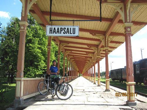 Haapsalus tågstation är en sevärdhet i sig. Hela stationen har fått tak så den ryska tsaren skulle kunna vandra torr till sina lerbad när han anlände med sitt privata tåg.