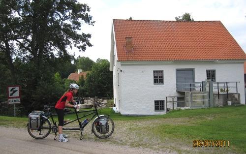 Litet vattenkraftverk med fin damm vi stötte på längs grusvägen till Katrineholm.