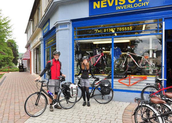 Utanför Nevis Cycles i Fort William, just hämtat ut våra Trek 7.2 FX.