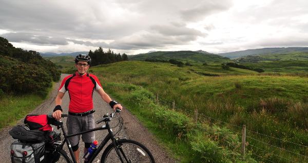 Vackra vyer (försök bortse från den fåniga cyklisten) och slingriga smala vägar under förmiddagens cykling.