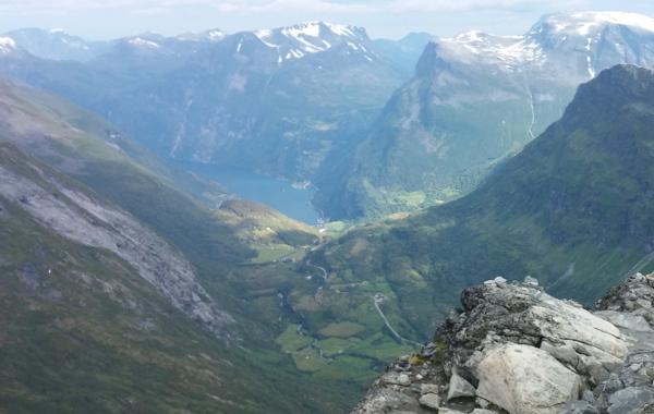Vy från Dalsnibba ner mot Geirangerfjorden, där vi startade några timmar tidigare. Helt otrolig klättring.