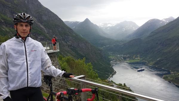 Längs den vackra klättringen Ørnevegen så finns Ørnesvingen, en utsiktsplats med vy över hela Geirangerfjorden.