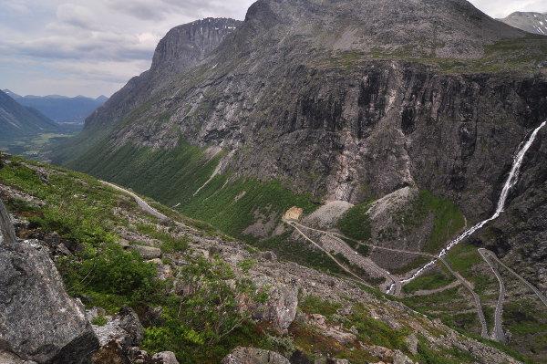 Bästa vyn över den fantastiska trollstigen. För de riktiga vykortsbilderna hade de byggt upp en promenadväg till en utsiktspunkt längs berget, men i cykelskor kändes det lite för långt att traska.