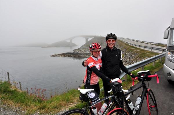 Vid en av de vackraste broarna längs Atlanterhavsveien, vår tur med vädret var dock begränsad. Kylan hade krupit ganska långt in vid det här laget...