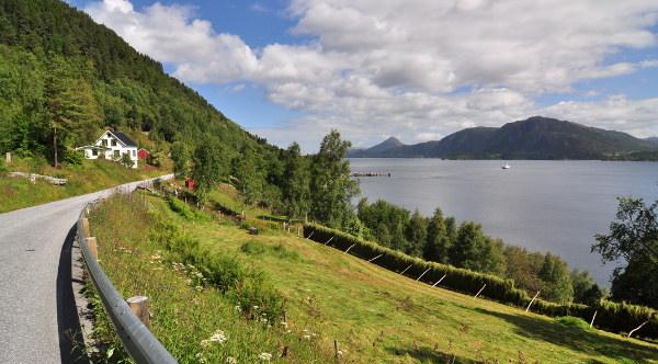 Nyss anlända på Otrøya, vita pricken på vattnet är bilfärjan på väg tillbaka.