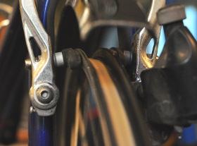En bromskloss till en V-broms är en utmärkt referens vid hjulriktning. Bromsklossen kan också ersättas av en tumme som hålls på samma sätt. Som synes blir riktningsarbetet lite lättare utan däcket på plats.