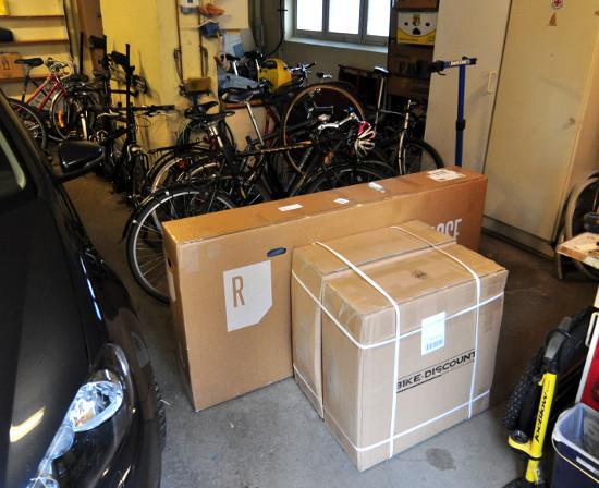 Stora tyska kartonger med roligt innehåll i, till ett redan överfyllt garage.