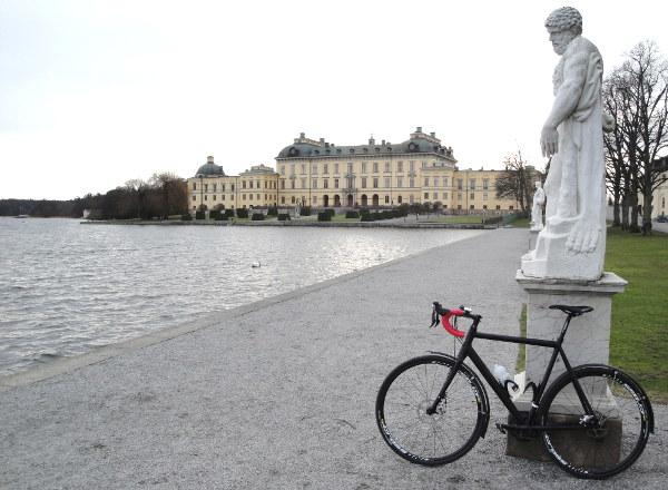 Kungen ville passa på att få se på den nya fina cykeln så bäst att cykla förbi på premiärturen.