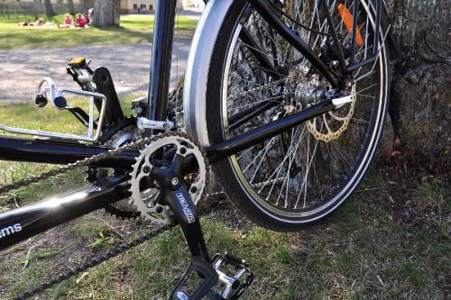 Bakhjulet på vår Orbit Routier Sport. Skivbroms och det speciella bakre vevpartiet syns. I överkant syns också reservbromsen, den bakre V-bromsen.